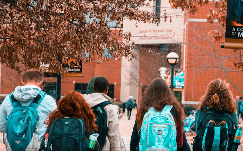 Jovens intercambistas indo para universidade